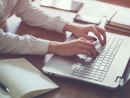 Laptop en notitieboekje